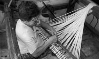 Emérita Rivas tejiendo